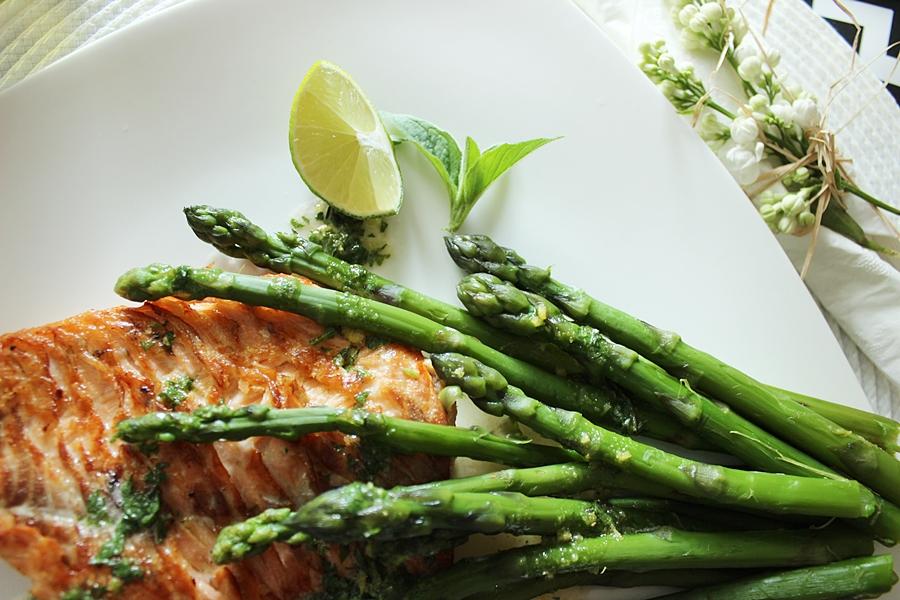 Łosoś ze szparagami i sosem maślano-cytrynowym. Idealne menu na Dzień Matki