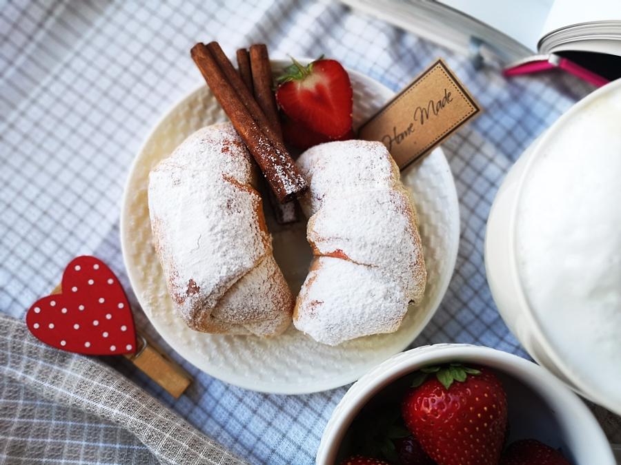 Drożdżowe rogaliki z truskawkami (owocami) - PRZEPIS