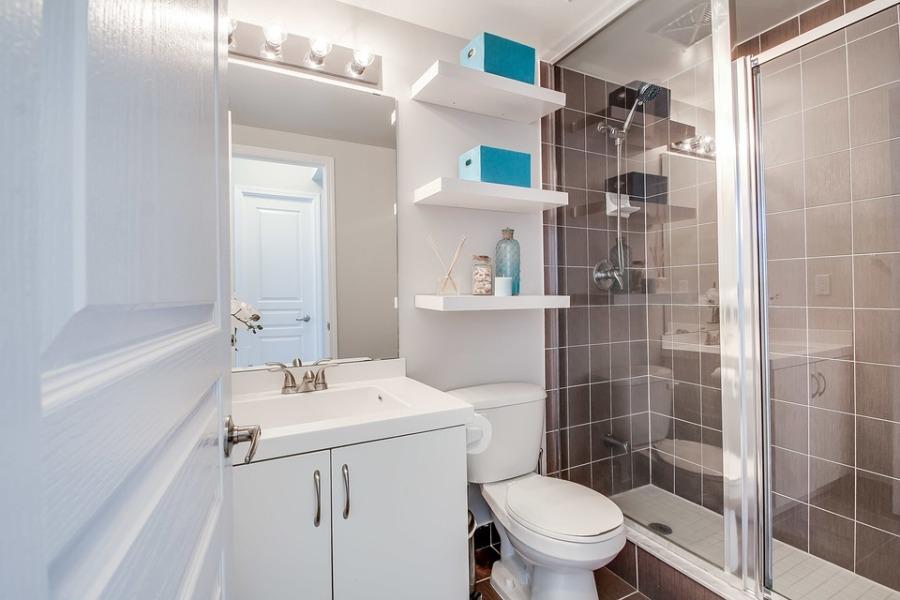 Lustra w małej łazience