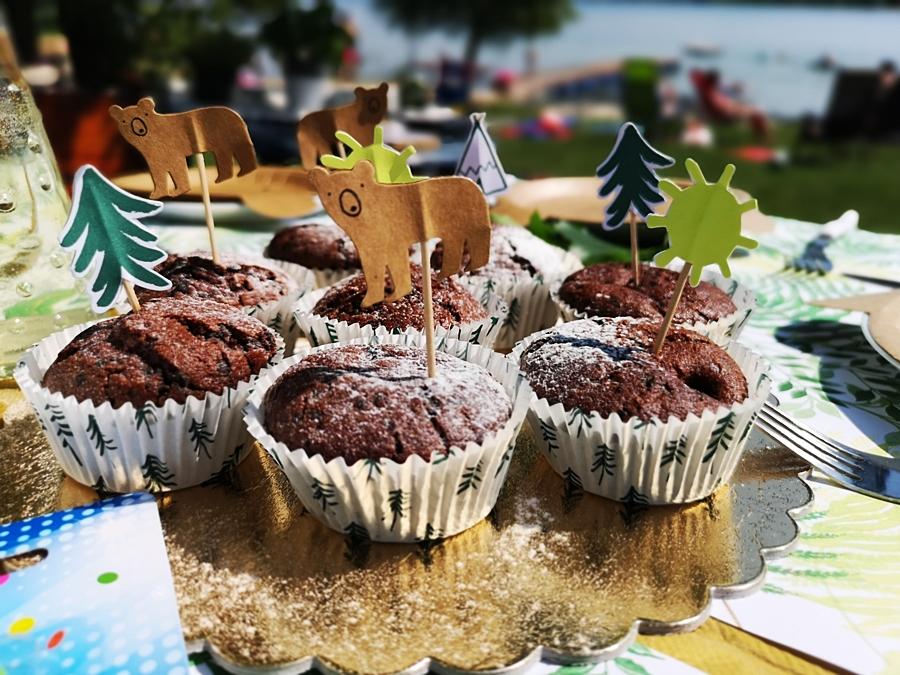 leśne urodziny dla chłopca i czekoladowe i muffinki z kawałkami czekolady