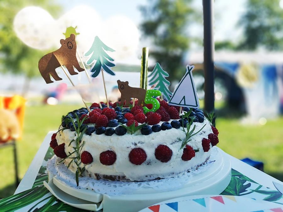 na urodzinach nie może zabrajnąć pysznego leśnego tortu
