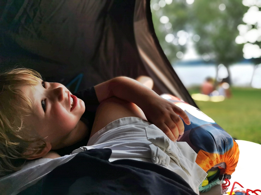 Z dzieckiem w namiocie