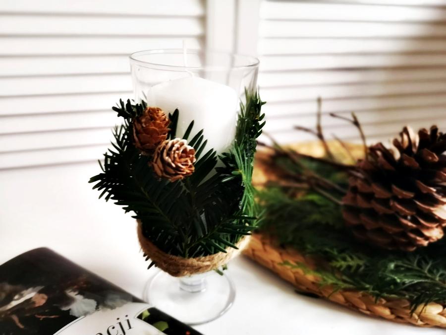 Bożonarodzeniowy świecznik na stół z kieliszka