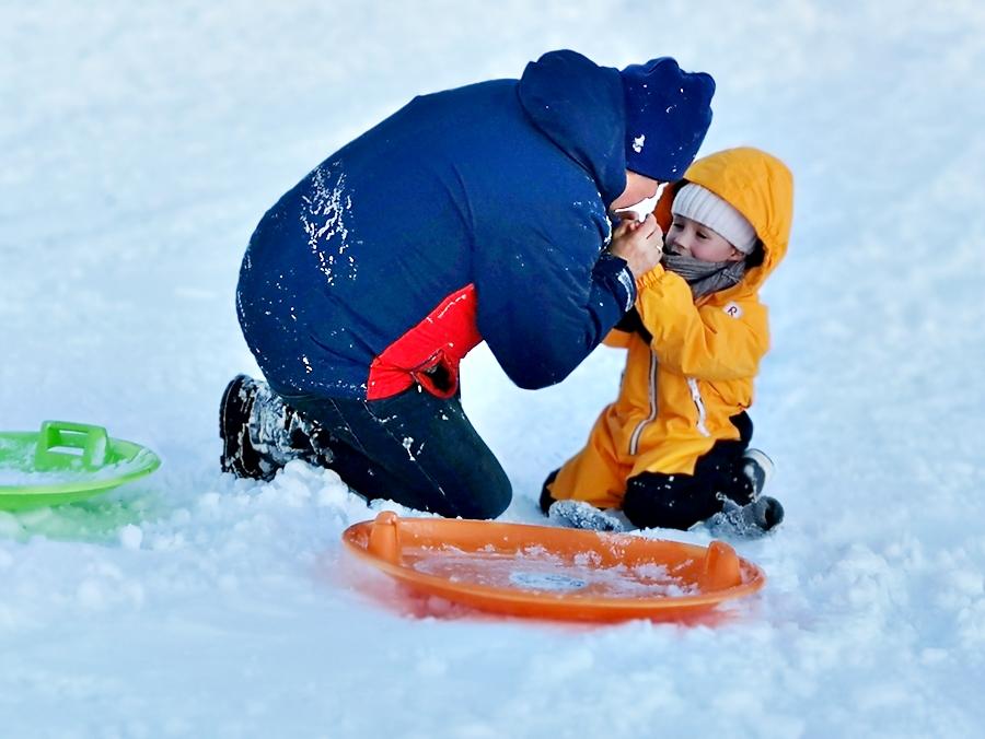 Śnieżne zabawy i wyścigi na górce