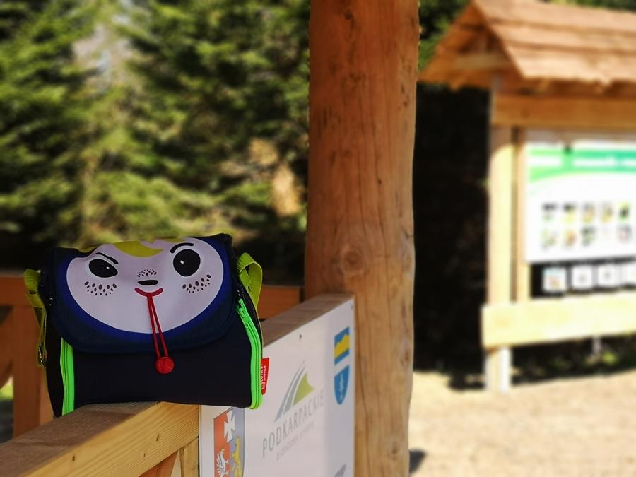 podczas górskich wędrówek są edukacyjne tablice dla najmłodszych