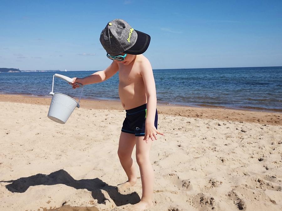 ochrona dziecięcej głowy przed słońcem