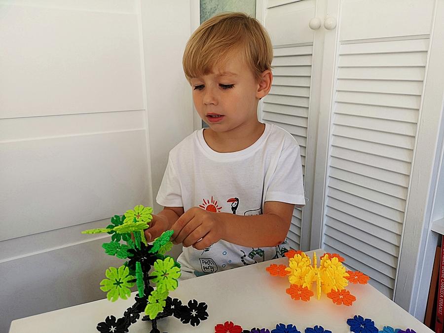 Klocki konstrukcyjne — kolorowe kwiatki z Pepco