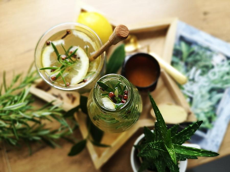 Cytrusowy napój z miodu Manuka, rozmarynu, kardamonu, imbiru i kurkumy