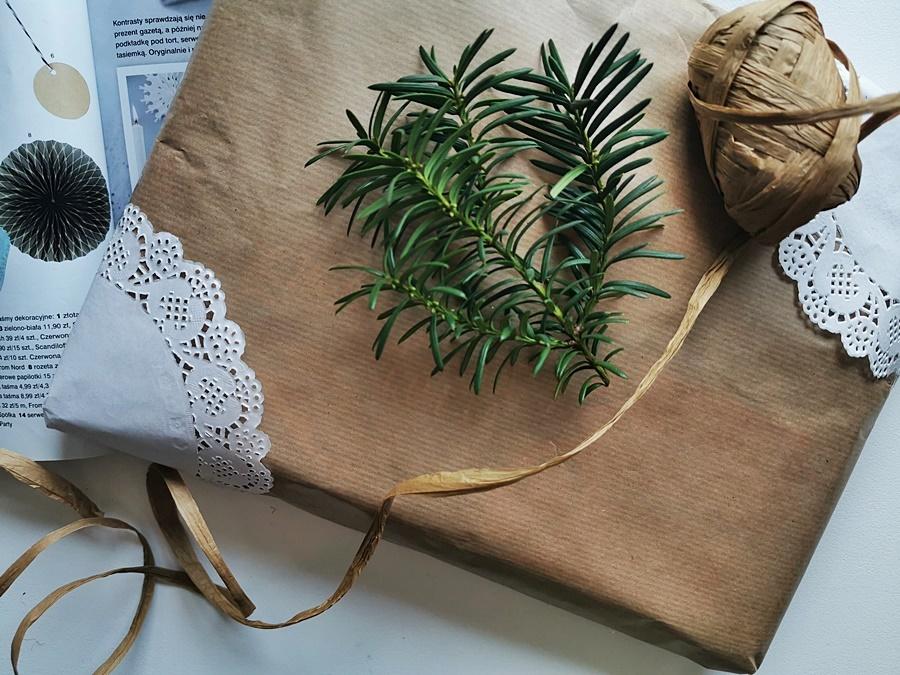 Papierowe torebki lub szary papier to świetny materiał do pakowania