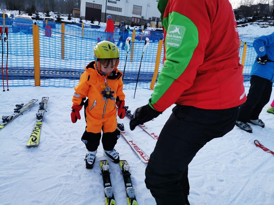 kiedy dziecko powinno uczyć się jeździć na nartach
