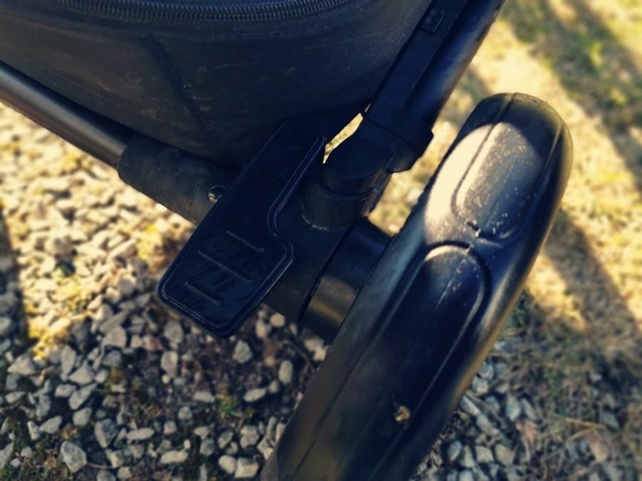 centralny hamulec nożny w Easywalker Harvey² Premium wózku