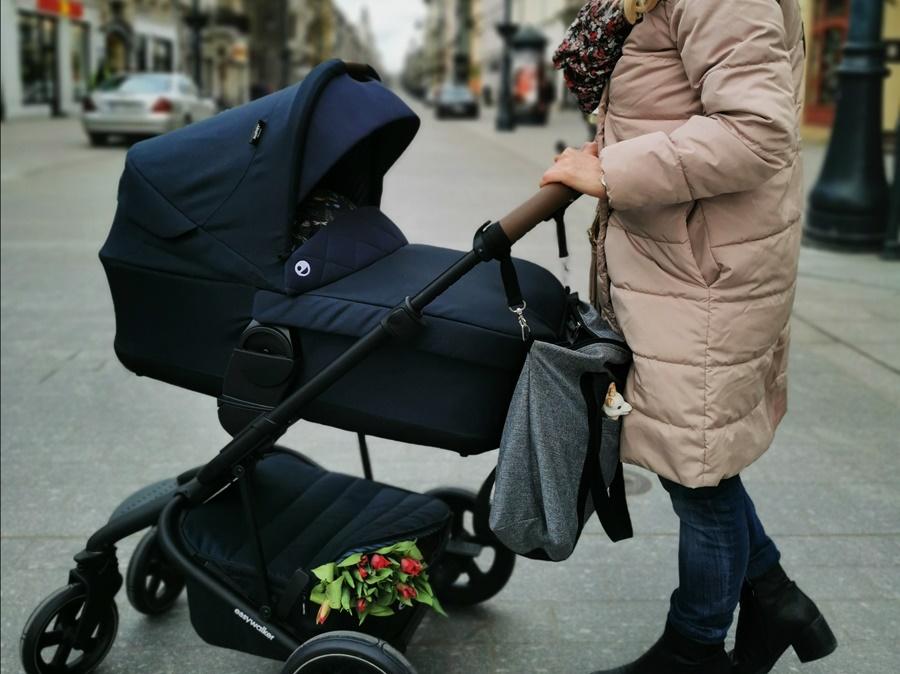Easywalker Harvey² Premium w wersji spacerowej, z koszem i pałąkiem, waży 10, 8 kg po zamontowaniu gondoli, waga wózka wynosi 11, 8 kilogramów