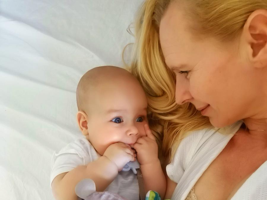 Jak rozpoznać, że niemowlę boli brzuch?